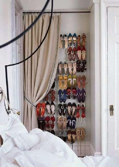 2. Aproveite o recuo da parede para instalar sua sapateira. Fonte: Pinterest
