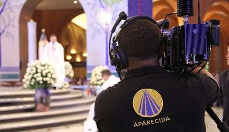 Equipe transmite uma celebração na TV Aparecida: crescimento de 24% de audiência na quarentena