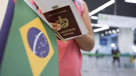 Cubana deixa Brasil com fim da parceria no Mais Médicos; Havana criticou Bolsonaro por questionar 'a dignidade, o profissionalismo e o altruísmo' dos profissionais