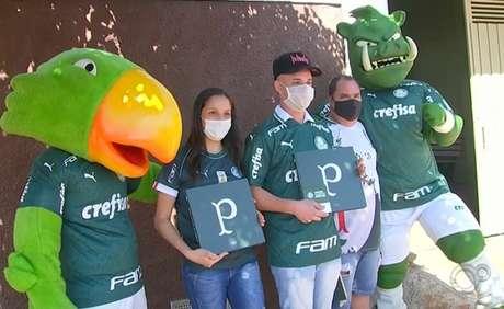 Mascotes entregaram presente pra Diego pessoalmente (Foto: Reprodução/TV TEM)