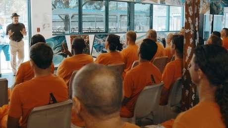 No documentário, Trejo retorna à prisão para dar palestras motivacionais aos presos
