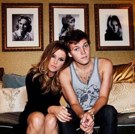 Benjamin Keough, neto de Elvis Presley, ao lado da mãe,Lisa Marie Presley, em registro feito em 2012.