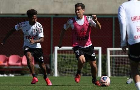 Hernanes, que marcou um gol para os reservas, encara Tchê Tchê em Cotia - FOTO: Rubens Chiri/saopaulofc.net