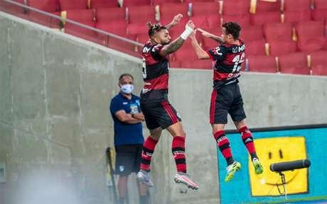 Gabigol e Michael comemoram o segundo gol do Flamengo no clássico (Foto: Marcelo Cortes / Flamengo)