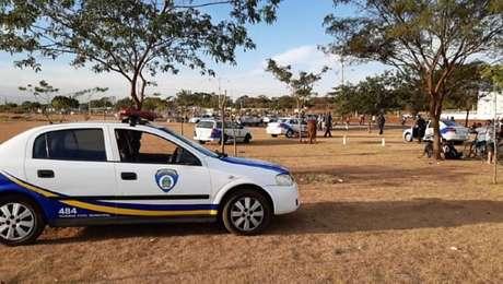Em Ribeirão Preto, agentes da guarda civil dispersam aglomeração durante partida de futebol em campo de bairro. Com hospitais lotados devido à pandemia, a cidade está na fase vermelha do Plano São Paulo
