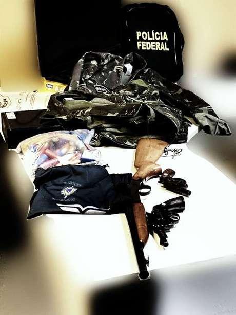 Durante o cumprimento do mandado, foram encontradastrês armas de fogo, além de munição
