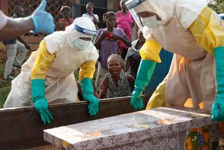 Mãe de criança suspeita de ter morrido de Ebola chora ao lado do caixão, em Beni, na República Democrática do Congo 17/12/2018 REUTERS/Goran Tomasevic