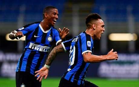 Ashley Young e Lautaro Martínez foram peças chaves na vitória da Inter (Foto: MIGUEL MEDINA / AFP)