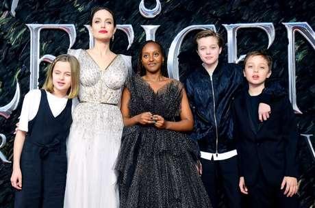 Angelina Jolie com os filhos