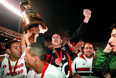 Rogerio Ceni, capitão do São Paulo, levanta a taça da Libertadores (Foto: Reginaldo Castro/Lancepress!)