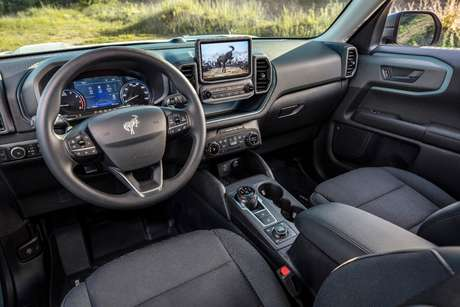 "Interior tem aspecto off-road e central multimídia Sync 3 com tela de 8""."