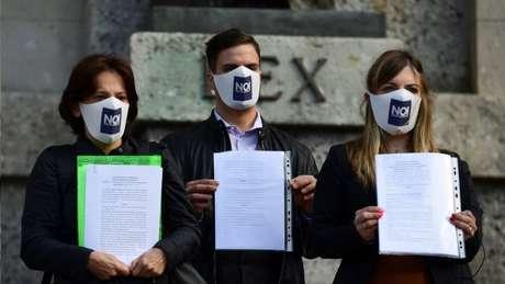 Membros do Noi Denunceremo mostram as queixas formais que apresentaram à Justiça em Bergamo