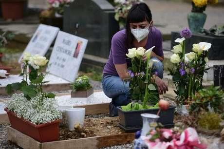 Vítimas da covid-19 enterradas em nova seção do cemitério em Bergamo