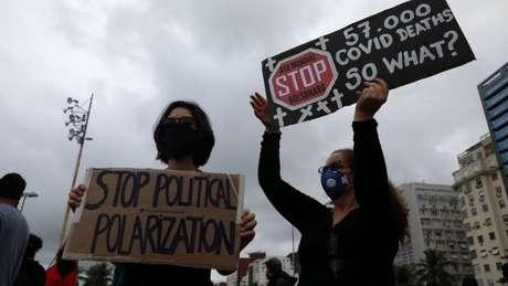 Mulheres participam de manifestação contra Bolsonaro em Copacabana, no Rio; frases de Bolsonaro sobre pandemia foram reproduzidas criticamente nas ruas e também nas redes sociais