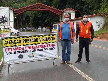 São José do Barreiro ainda mantém barreiras para desestimular a entrada de turistas. Faixas alertam para pontos turísticos fechados por causa da pandemia
