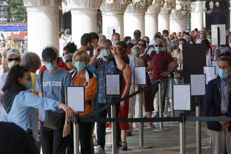 Turistas fazem fila na entrada do Palácio Ducale, em Veneza