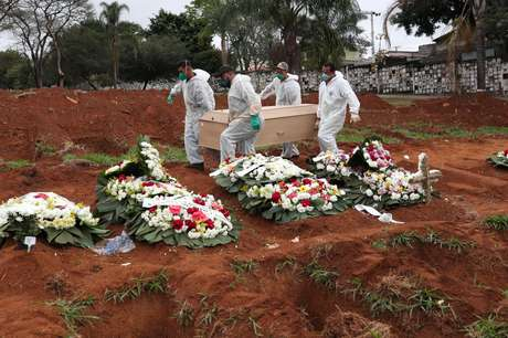 Coveiros carry a coffin with a 63-year-old woman dead infected with the new coronavirus, in the cemetery of Vila Formosa, in São Paulo 06/26/2020 REUTERS / Amanda Perobelli