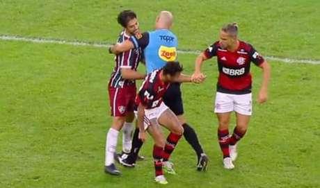 """TEVE ATÉ BRIGA! Denilson valoriza jogada diferente em final, mas brinca com """"drible feio"""" de Michael (Foto: Reprodução / FlaTV)"""