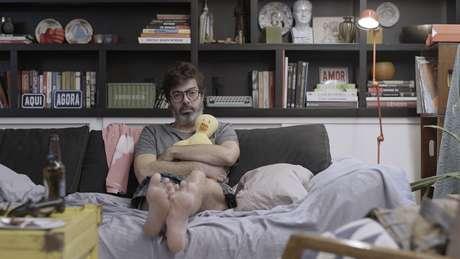 O apartamento de Joana Jabace e Bruno Mazzeo se transformou em set de gravação e agora é o loft de Murilo, protagonista de Diário de um Confinado