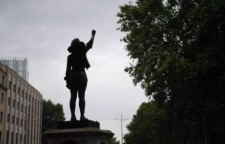 Estátua do escravocrata Edward Colston foi substituída pela ativista negra Jen Reid