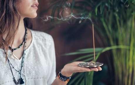 Mulher segurando um incenso