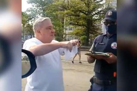 Sem máscara, desembargador é multado e ofende guarda em Santos/SP