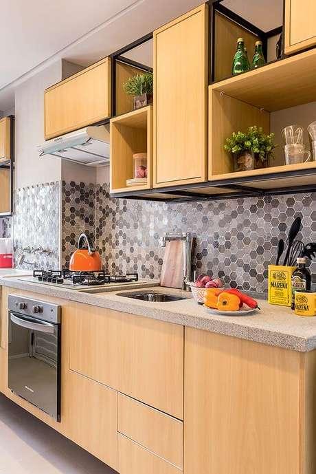 8. Cozinha pequena de madeira moderna – Via: Minha Casa