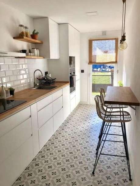26. Armários de cozinha brancos com decoração clean – Via: Pinterest