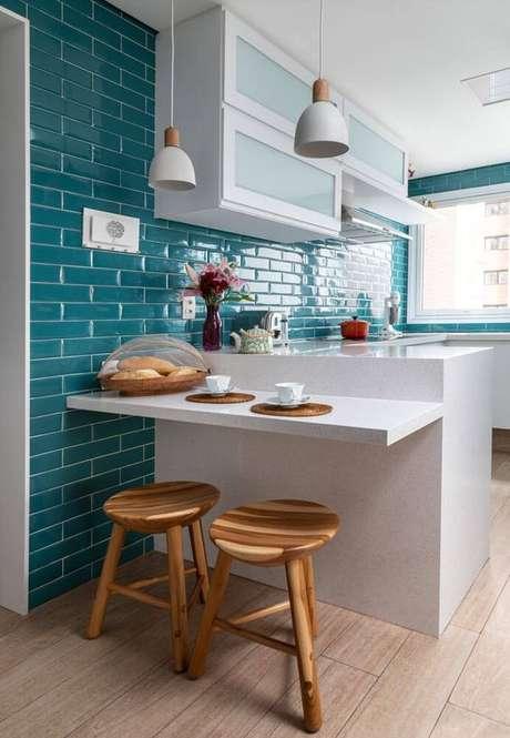 35. Cozinha com revestimento azul e móveis brancos – Via: Marina Carvalho