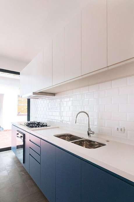 10. Cozinha pequena branca com armário azul – Via: Ina Arquitetura