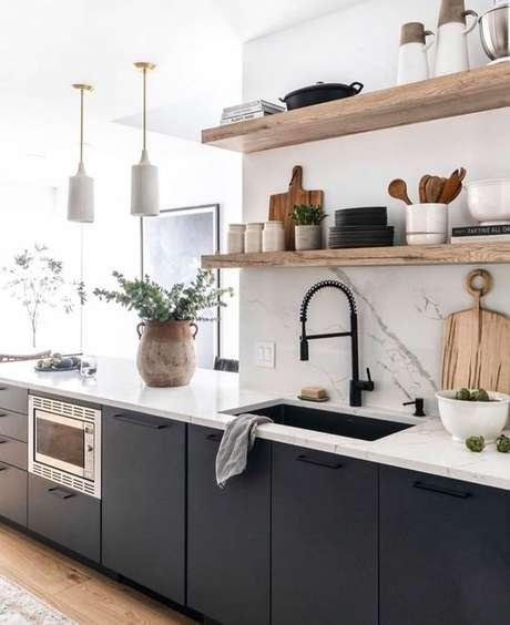 41. Cozinha pequena azul com prateleiras – Via: Reyes Shelton