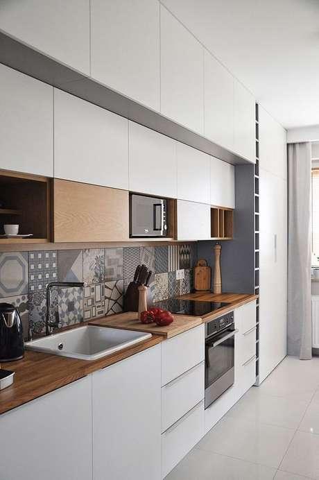 42. Revestimento adesivo cinza com armários brancos – Via: Pinterest
