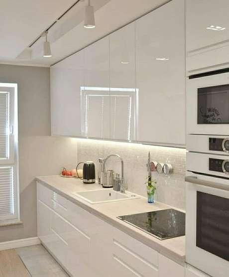 43. Cozinha pequena branca e clean – Via: Pinterest
