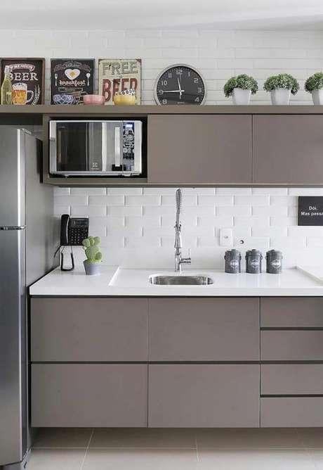 49. Cozinha pequena cinza e branca – Via: Revestindo a Casa