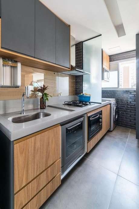 47. Cozinha pequena cinza com armário de madeira – Via: Casa Vgue