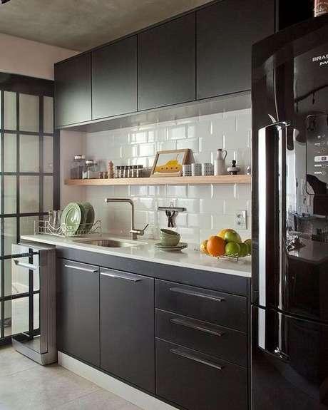 46. Armários de cozinha preto com geladeira preta moderna – Via: Dicas de Mulher