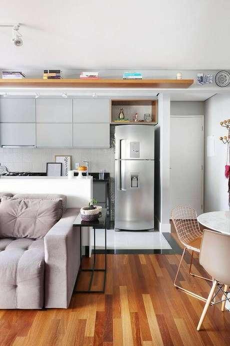 1. Cozinha americana pequena e clean, combinando com a decoração da sala – Via: Pinterest