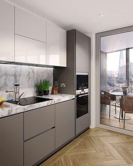 48. Que tal usar tons neutros na cozinha pequena? – Via: Pinterest