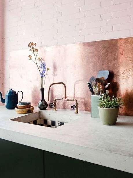 45. Cozinha com revestimento rose gold – Via: A Casa Delas