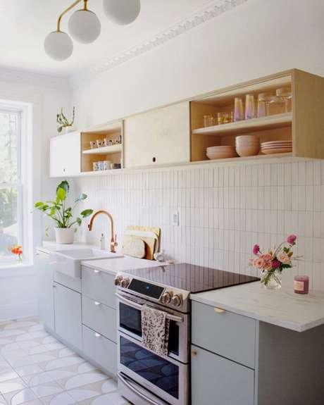 11. Cozinha pequena e neutra bem decorada – Via: ComAssim