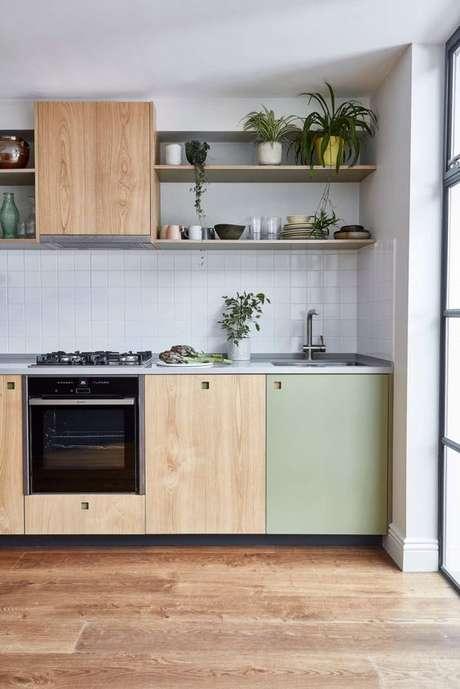 53. Cozinha pequena de madeira com portas verdes e prateleiras – Via: Pinterest