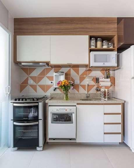 4. Cozinha pequena modulada com revestimento neutro – Via: Eu Capricho