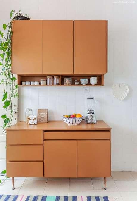 54. Cozinha pequena modulada de madeira – Via: Histórias de Casa
