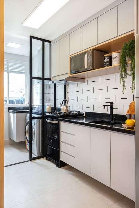 59. Cozinha pequena branca com fogão e pia preto – Via: Rubiam Vieira Interiores