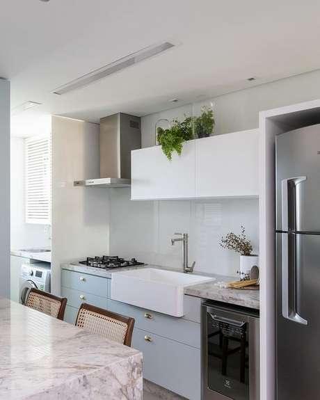 58. Cozinha pequena com pia branca e moderna – Via: Pinterest