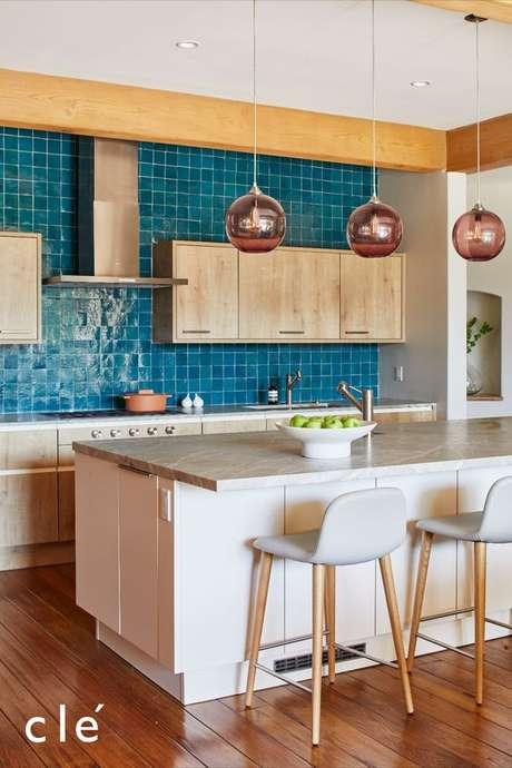 61. Que tal fazer armário de cozinha pequena branco e apostar no revestimento colorido? – Via: Cletile