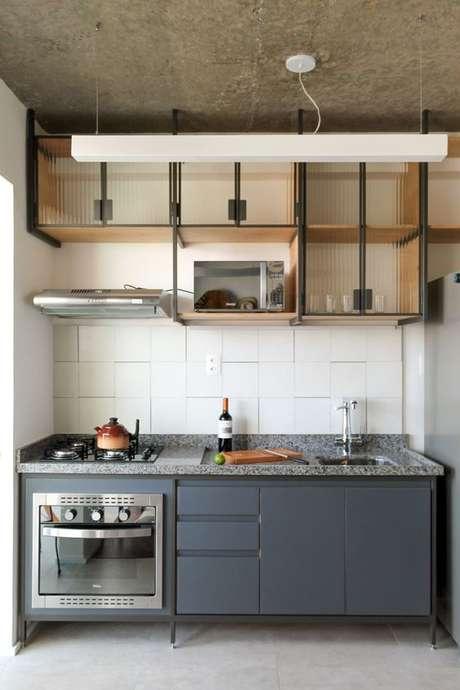 63. Cozinha pequena planejada e moderna com decoração industrial – Via: Balaio Arquitetura