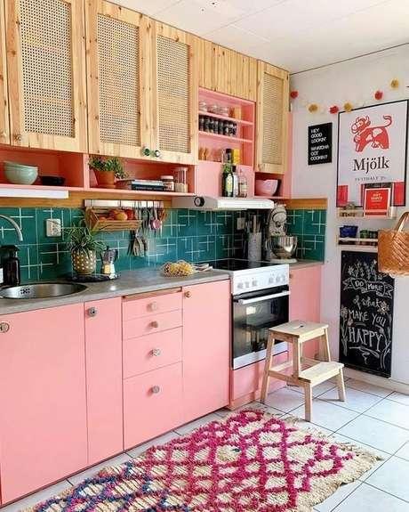 66. Cozinha pequena colorida e alegre – Via: Reciclar e Decorar