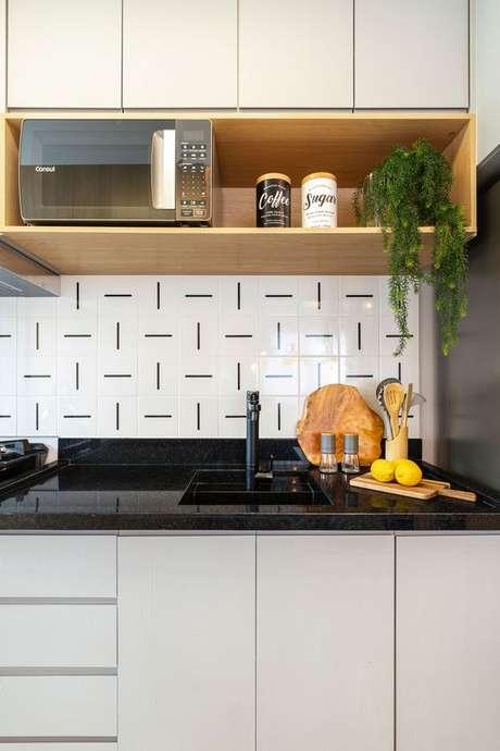 75. Pia de cozinha pequena com revestimento preto e branco – Via: Pinterest