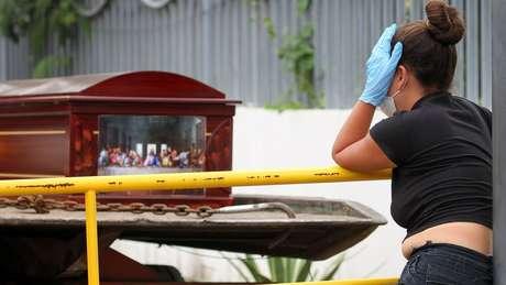 Cerca de 100 corpos estão sendo submetidos a testes de DNA para permitir identificação